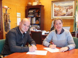 La alcaldesa formaliza el contrato de arrendamiento de una nave municipal del PP6 con un empresario local