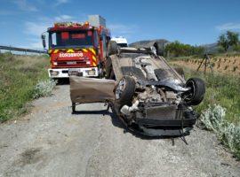 Los Bomberos de Guadix sofocan un incendio de arbolado y matorrales en Paulenca y rescatan a al ocupante herido de un vehículo accidentado en la A-92
