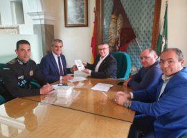El alcalde de Guadix, Jesús Lorente, firma un convenio con el Colegio Oficial de Veterinarios de Granada para tener acceso al Registro Andaluz de Identificación Animal